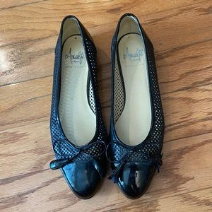 NWOT Amalfi Black Closed Toed Sandals With Bow